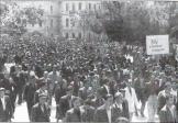 Πλήθος με πλακάτ 'Κάτω οι ταραξίαι και οι αναρχικοί' σε ομιλία του Ιωάννη Πασαδάκη στα Χανιά τον Ιούνιο του 1944.