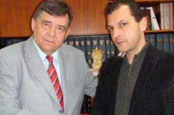 Δημήτρης Ζαφειρόπουλος, υποψήφιος ΛάΟΣ και Γιώργος Καρατζαφέρης σε χειραψία. Ο Μιχαλολιάκος χάλασε τη δουλειά.