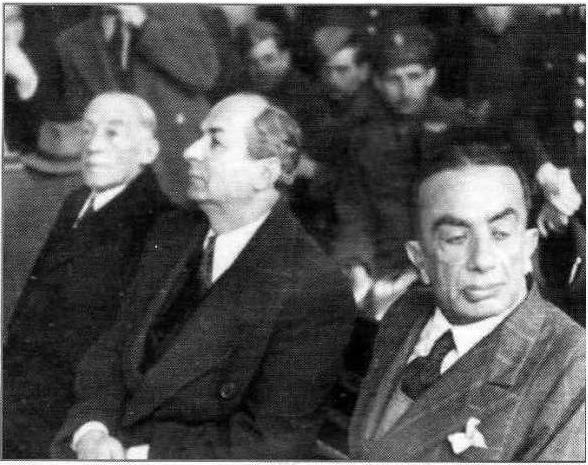 Νικόλαος Χριστοφοράκος (κέντρο), Κωνσταντίνος Λογοθετόπουλος, κατοχικός πρωθυπουργός (δεξιά), στη δίκη των δωσιλόγων.