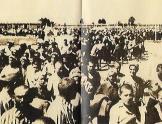 Τέλη άνοιξης του 1943, Αουσβιτς: Το 'τσιγγάνικο τρένο' φτάνει στο Αουσβιτς μεταφέροντας 20.000 μελλοθάνατους τσιγγάνους.