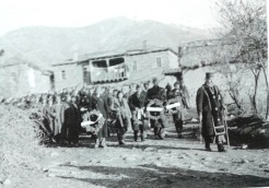 1949-xx-xx - Φλώρινα Κηδεία του μαχητή του ΔΣΕ-03 - Η νεκρώσιμη ακολουθία με τον ιερέα να προπορεύεται - 20160708_020107