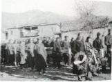 1949-xx-xx - Φλώρινα Κηδεία του μαχητή του ΔΣΕ-04 - Η νεκρώσιμη ακολουθία - Μαχητές με το φέρετρο του νεκρού - 20160708_020117