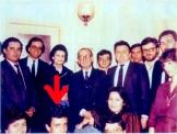 1982, η ηγεσία της ΟΝΝΕΔ. Ο Νίκος Χατζηνικολάου σκύβει μπροστά στον Αντώνη Σαμαρά (και στον Ευάγγελο Αβέρωφ, τον Μάνο Μανωλάκο, τον Βασίλη Μιχαλολιάκο, τον Ακη Γεροντόπουλο, τον Διονύση Καραχάλιο και άλλους ακροδεξιούς)