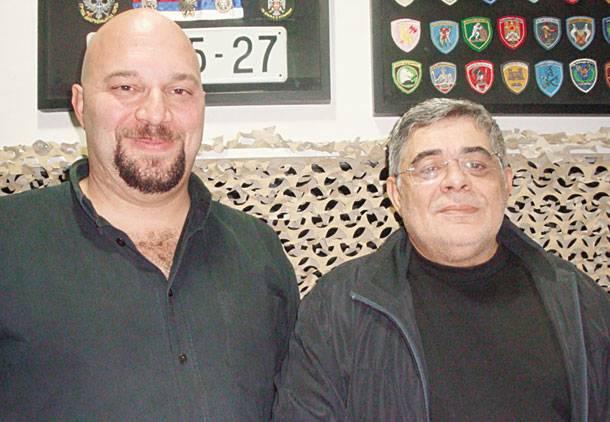 Ο Νίκος Μιχαλολιάκος (δεξιά) δεν είναι Στιβ Μακ Κουίν και το απαστράπτον κρανίο του Ηλία Παναγιώταρου (αριστερά) δύσκολα τον μετατρέπει σε Γιουλ Μπρίνερ, οπότε ο κλασικός μύθος των «Επτά Σαμουράι» καταντάει καρικατούρα.
