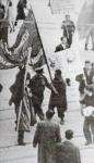 1944-03-12 – Πλατεία Συντάγματος – Μίκης Θεοδωράκης με ματωμένη σημαία – ΕΓΧΡΩΜΗ 100-04