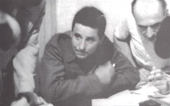 Ο Νίκος Ζαχαριάδης στα γραφεία του ΚΚΕ στην Αθήνα, λίγο μετά την επιστροφή του στην Ελλάδα από το Νταχάου, το 1945.
