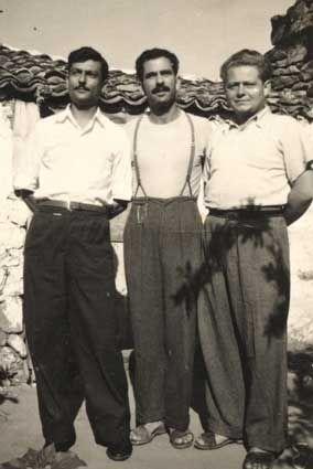 Ο Μωυσής Μπουρλάς (στο κέντρο) μαζί με συνεξορίστους του στην Ικαρία.