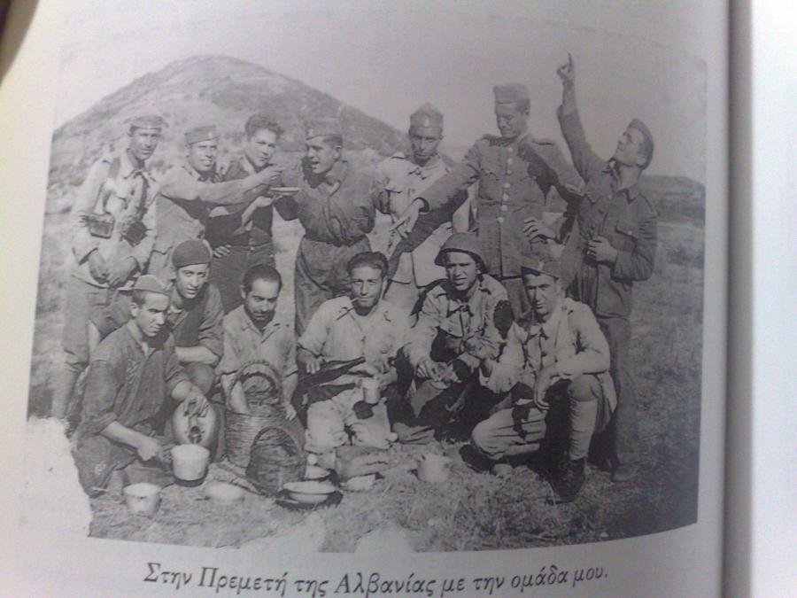 Ορθιος, τέταρτος από αριστερά, κατά τον ελληνοϊταλικό πόλεμο, το 1940-1941. Την φωτογραφία, η οποία είναι από το βιβλίο, τη δανειστήκαμε από το blog Abravanel.