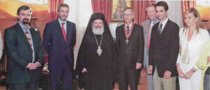 Η φωτογραφία που ο Κυριάκος θα προτιμούσε να είχε ξεχάσει (μια απ' τις πολλές, ενηγουέη) 23 Αυγούστου 2004, Αρχιεπισκοπή Αθηνών: Ο Αρχιεπίσκοπος Χριστόδουλος Παρασκευαΐδης, ο Κυριάκος και η Μαρέβα Μητσοτάκη, ο Μιχάλης Χριστοφοράκος, ο Heinrich von Pierer και ο Δημήτριος Φουρλεμάδης.
