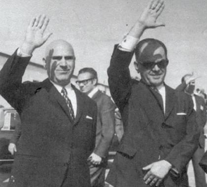 Παττακός και Παπαδόπουλος ξεπροβοδίζουν τον απεσταλμένο τους Κωνσταντίνο Πλεύρη (πάνω) που πήγαινε στον φίλο του Μουαμάρ Καντάφι (κάτω).