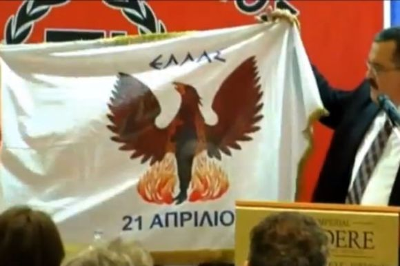 Ο Χρήστος Παππάς με τη σημαία της χούντας, Κρήτη, Νοέμβριος 2012.