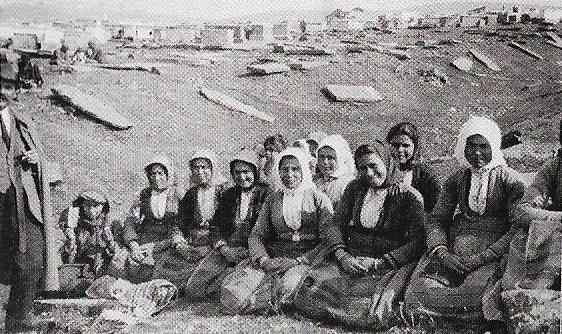 Εβραϊκό Νεκροταφείο: Ελληνίδες δουλεύουν σε σπάσιμο πέτρας στο λατομείο, κατά τον Α' ΠΠ.