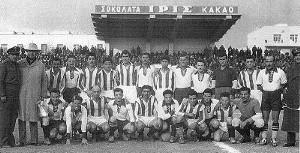 Η ομάδα της Μακρονήσου με τους παίκτες του Ολυμπιακού, στο γήπεδο του Παναθηναϊκού, το 1949