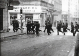 Μέρες Πολυτεχνείου: Μπάτσοι την ημέρα τρέχουν, προφανώς κυνηγώντας κάποιους. Φωτογραφίες που προέρχονται από τη γαλλική εφημερίδα Φρανς Σουάρ των ημερών.