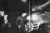 Μέρες Πολυτεχνείου: Από κοντά, ΛΟΚατζήδες γύρω από το τανκ. Φωτογραφίες που προέρχονται από τη γαλλική εφημερίδα Φρανς Σουάρ των ημερών.