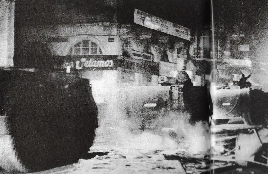 Μέρες Πολυτεχνείου: Τεθωρακισμένα κινούνται νύχτα στους δρόμους γύρω από το Πολυτεχνείο. Φωτογραφίες που προέρχονται από τη γαλλική εφημερίδα Φρανς Σουάρ των ημερών.