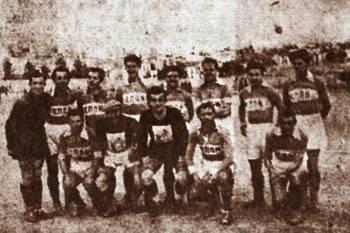 Η ομάδα της ΕΠΟΝ Αθήνας, με πολλούς γνωστούς αργότερα παίκτες στις τάξεις της, για τους οποίους θα γράψουμε αναλυτικά σε μελλοντικό σημείωμα. Τερματοφύλακας ο Δελαβίνας (ΑΕΚ), Παυλάς, Κυριαζόπουλος, Γαζής, Κρητικός, Παπαντωνίου (Παναθηναϊκός), Πέπονας, Σιώτης, Καραγιώργος, Καλογερόπουλος, Τσολιάς (Πανιωνίου), Γιακουμάκης, Κ. Χούμης.