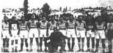"""Αύγουστος του 1944, στη Νίκαια, Πειραιάς. Η ομάδα της ΕΠΟΝ Πειραιά. Η φωτογραφία πρωτοδημοσιεύτηκε στο λεύκωμα του δημοσιογράφου Τάκη Σέρβου """"... Που λες στον Πειραιά"""")"""