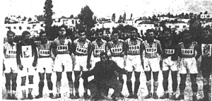 Αύγουστος του 1944, στη Νίκαια, Πειραιάς. Η ομάδα της ΕΠΟΝ Πειραιά. Η φωτογραφία πρωτοδημοσιεύτηκε στο λεύκωμα του δημοσιογράφου Τάκη Σέρβου '...Που λες στον Πειραιά'.