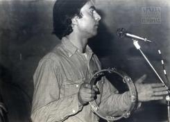 Ο Νίκος Παπάζογλου στο «Αντι-Φεστιβάλ», '1ο Φεστιβάλ του περιοδικού Αντί', Τεχνοχώρος (πρώην παγοποιείο του Φιξ), Μάρτιος 1982.