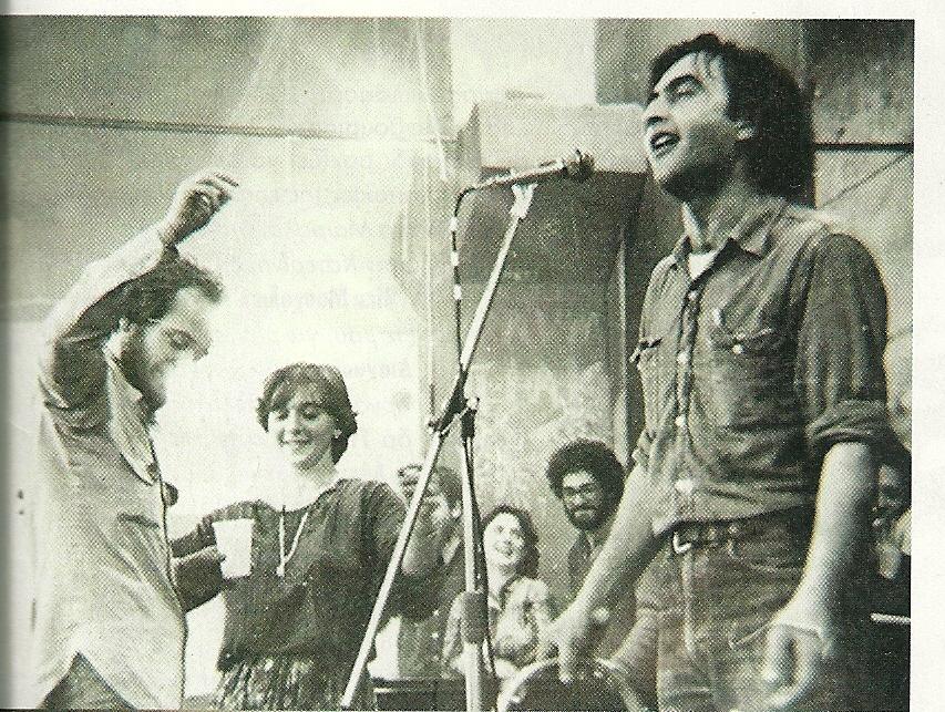 Δεκαετία 1980. Ο Νίκος Παπάζογλου στο αμφιθέατρο της Φυσικομαθηματικής (ΦΜΣ) του ΑΠΘ Θεσσαλονίκης τραγουδάει τα τραγούδια από την 'Εκδίκηση της Γυφτιάς'.