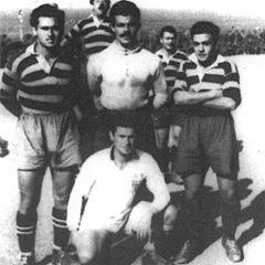 Ποδοσφαιριστές του Ολυμπιακού πολιτικοί κρατούμενοι στο στρατόπεδο της Μακρονήσου. Όρθιοι Ηλίας Μαλαμόπουλος, Νίκος Πολίτης και Γιώργος Δαρίβας. Καθιστός ο Διονύσης Γεωργάτος (Δεκέμβριος 1948). Ανήκαν στη δύναμη Γ ΕΤΟ.