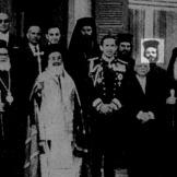 Μάιος 1967: Επίσκεψη Υπουργός Παιδείας της χούντας Καλαμπόκας και άλλοι επίσημοι και εκκλησιαστικοί πραράγοντες στον Βασιλιά Κωνσταντίνο. Διακρίνεται ο Χριστόδουλος Παρασκευαΐδης.