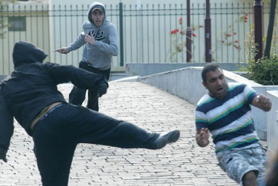 «Αγανακτιμένος πολίτης» επιτίθεται με μαχαίρι εναντίον αλλοδαπού.