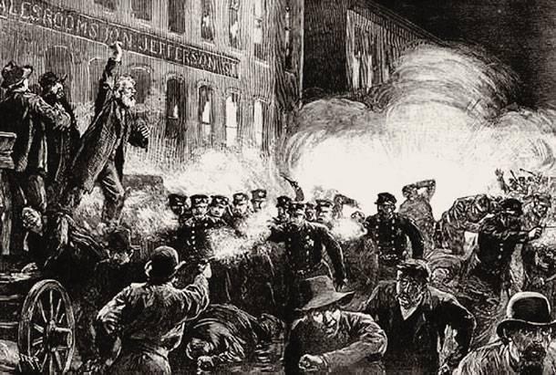 Οι αγώνες του εργατικού κινήματος δεν υπήρξαν πάντοτε «μη βίαιοι». Στιγμιότυπο από την ιστορική απεργιακή συγκέντρωση της 4ης Μαΐου 1886 -αυτή που γιορτάζουμε κάθε Πρωτομαγιά- με ανταλλαγή πυρών μεταξύ απεργών και αστυνομίας.