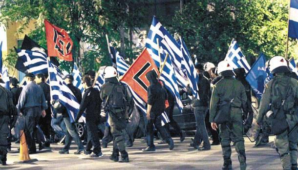Χρυσαυγίτες «επιχειρούν» εναντίον μεταναστών με την ανοχή των ΜΑΤ.