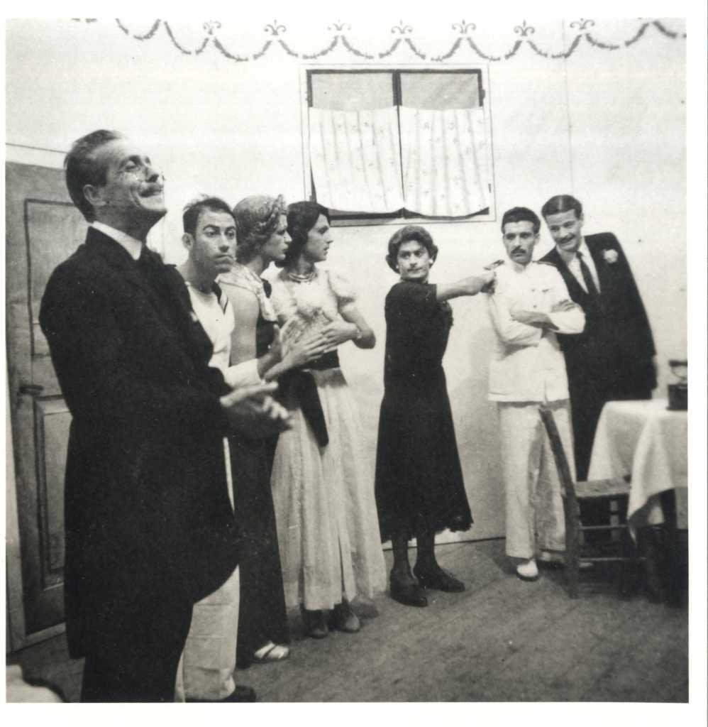 Ο Θανάσης Βέγγος σε θεατρική παράσταση στην Μακρόνησο. Πηγή ΑΣΚΙ.