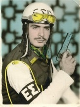 Χούντα: Οπλίτης της ΕΣΑ σε στυλ James Bond, περίπου 1970