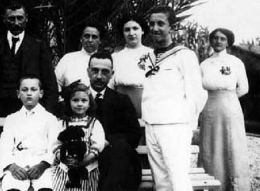 Μιντιλόγλι Αχαΐας, 1914. Ο Δημήτριος Γούναρης και η οικογένεια Κανελλόπουλου.