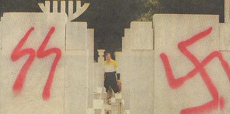 Αθήνα, 2004. Βεβήλωση εβραϊκού νεκροταφείου. Τάφοι με σβάστικες.