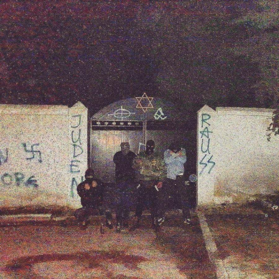 'Ανένταχτοι Μαιάνδριοι Εθνικιστές Larissa Skins', Εξω από τη βεβηλωμένη με ναζιστικά συνθήματα και σύμβολα είσοδο του Εβραϊκού Νεκροταφείου της Λάρισας.