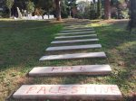 [Ισραηλιτική Κοινότητα Θεσσαλονίκης ΙΚΘ + ΑΠΘ] – Μνημείο για Εβραϊκό Νεκροταφείο – Μάρμαρα σκαλοπάτια βανδαλισμένα με επιγραφή Free Palestine [Νοέμβριος 2014] – free-palestine-not-salonica