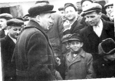 Τασκένδη, 1954. Ο Νίκος Ζαχαριάδης εν μέσω πολιτικών προσφύγων και των παιδιών τους