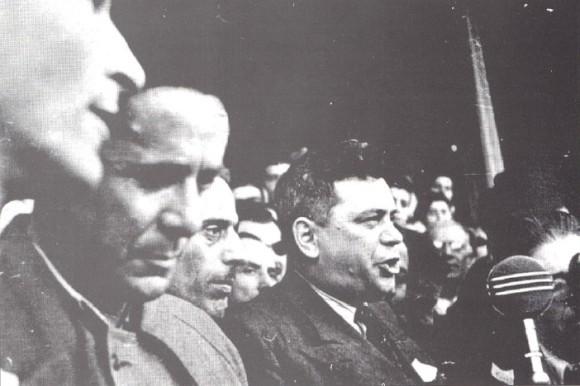 Αθήνα, 1945. Ηγετικό στέλεχος της σοβιετικής εργατικής αριστοκρατίας μιλάει σε εργατική συγκέντρωση του ΚΚΕ στην Αθήνα, παρουσία του Νίκου Ζαχαριάδη