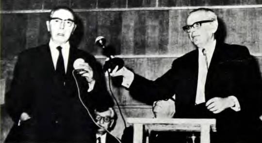 Ο Δημήτριος Βρανόπουλος (αριστερά) και ο πρόεδρος του ΚΙΣ Ιωσήφ Λόβιγγερ στην τελετή βράβευσης, 15 Ιουλίου 1970