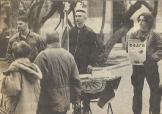 1995-xx-xx - Χάρης Κουσουμβρής + άλλοι δύο σε τραπεζάκι Χρυσή Αυγή διαμαρτυρία για βομβαρδισμό Σέρβων στη Βοσνία (Από 1998-11-29-ΕΛΕΥΘ - Ο ευρωχάρτης των νέων νοσταλγών του μίσους)