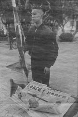 1995-xx-xx - Skinhead από Χρυσή Αυγή σε τραπεζάκι Χρυσή Αυγή διαμαρτυρία για βομβαρδισμό Σέρβων στη Βοσνία (Από 1999-03-14-ΕΛΕΥΘ - Δημήτρης Νανούρης - Δίκη μετά συλλαλητηρίου)