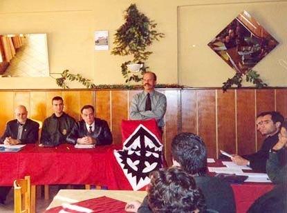 Θεσσαλονίκη, 24/10/1998. Το μυστικό 5ο ΠανευρωπαΊκό Συνέδριο. Στο βήμα ο τότε υπαρχηγός της ΧΑ Στέφανος Γκέκας. Διακρίνονται ο Horst Mahler και ο Dr. William Pierce.