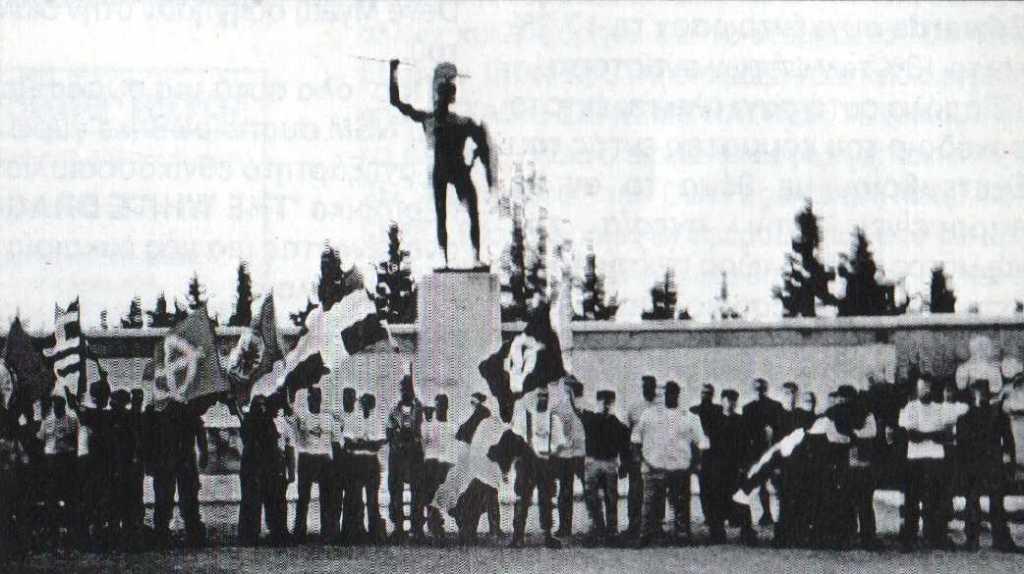 1999-06-xx - Εθνικιστική Κατασκήνωση Νεολαίας - Στάση για φωτογραφία στις Θερμοπύλες - ΑΝΤΕΠΙΘΕΣΗ, Α.Τ. 04, 10-1999, σελ. 12