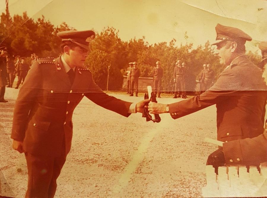 Σειρά 1977 Γ ΕΣΣΟ, δηλαδή λογικά όσοι κατατάχτηκαν Μάιο του 1977: Οι αποφοιτήσαντες ΔΕΑ παίρνουν το δίπλωμά τους, μαζί και ο Δόκιμος Εφεδρος Αξιωματικός ΔΕΑ Νίκος Μιχαλολιάκος.