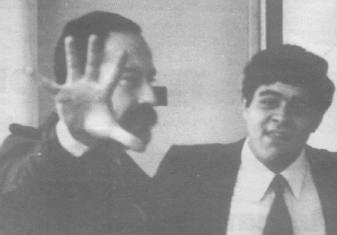 Γιαννόπουλος και Μιχαλολιάκος μαζί σε ένα διάλειμμα της δίκης, μουτζώνουν και κοροιδεύουν.