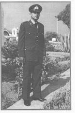 Με τις επωμίδες και την Οχτάρα τη στολή, ως ΔΕΑ (=Δόκιμος Εφεδρος Αξιωματικός)