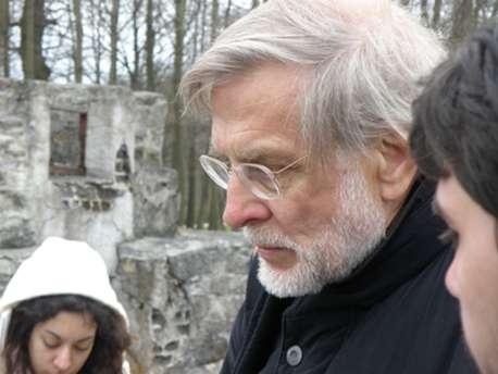 Ο Χάγκεν Φλάισερ με φοιτητές του στο ναζιστικό στρατόπεδο του Μπούχενβαλτ, το 2010, στην 65η επέτειο από την απελευθέρωση.