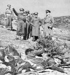 1949-xx-xx – Γράμμος Βίτσι – Ο Βαν Φλιτ στέκεται τέρμα δεξιά, δίπλα του ο στρατηγός Θρασύβουλος Τσακαλώτος και ο αξιωματικός που δείχνει είναι λογικά ο Δημήτριος Γιαντζής – Βαν Φλιτ και ΔΣΕνεκροί