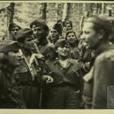 Αντάρτες του ΔΣΕ τραγουδούν σε μια ανάπαυλα από τις μάχες, 1949