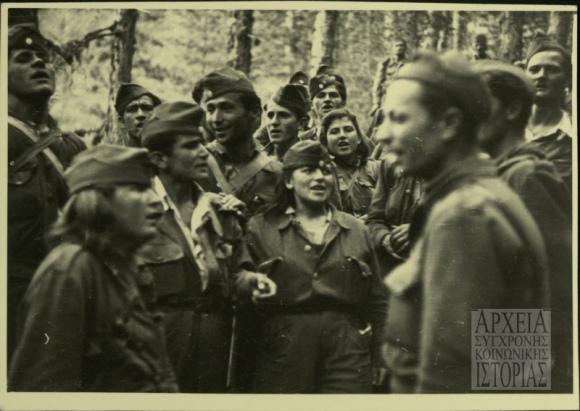 Αντάρτες του ΔΣΕ τραγουδούν σε μια ανάπαυλα από τις μάχες, 1949. Φωτογραφία ΑΣΚΙ,
